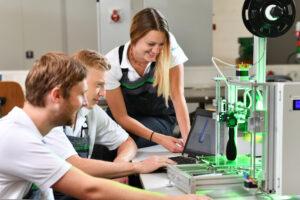 Azubis bei Schaeffler am 3D-Drucker
