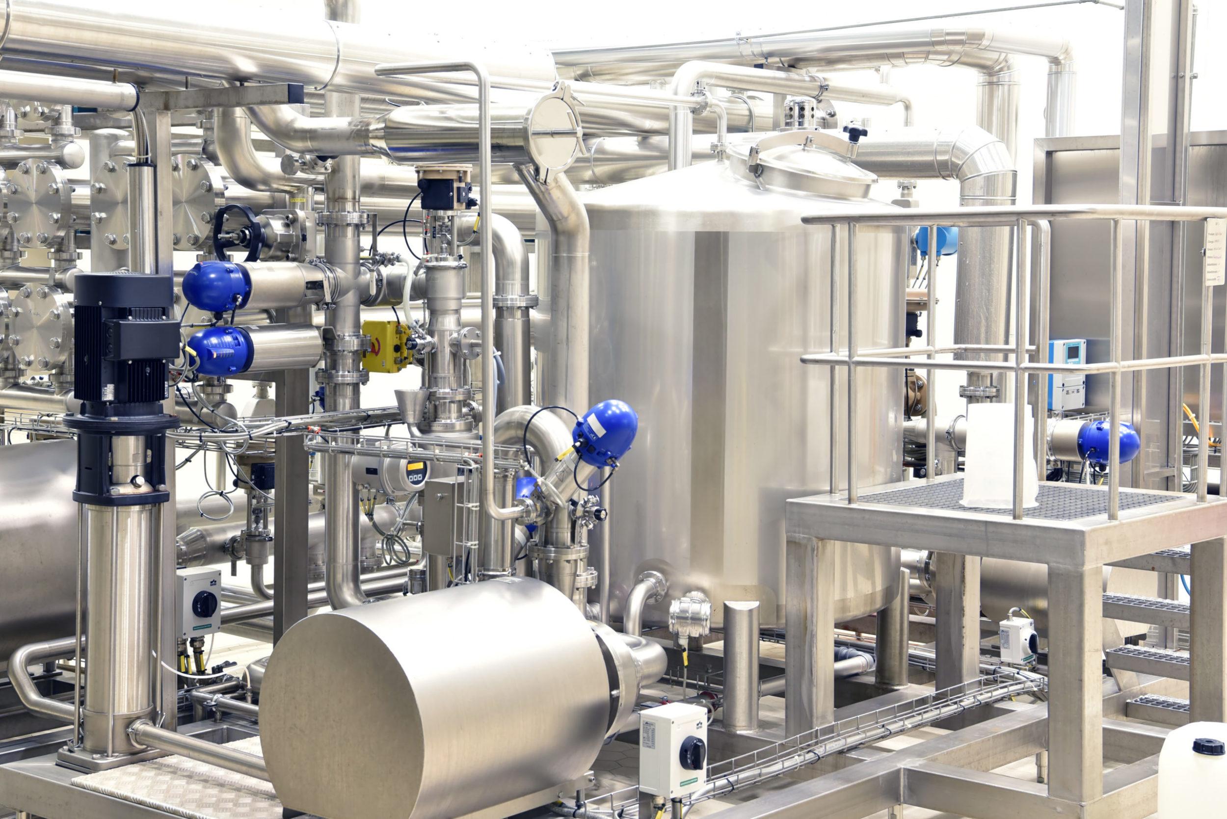 Maschinen und Anlage, Kessel und Rohrleitungen in einer Fabrik für Medizin // Machines and equipment, boilers and pipelines in a factory